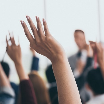 YI-1041740040_raising-hands